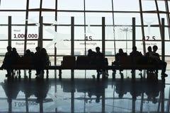 旅客在离开大厅,北京首都国际机场里 免版税库存照片
