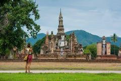 旅客在Sukhothai历史公园泰国拍老佛教寺庙照片  免版税库存图片