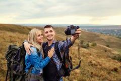旅客夫妇在一台照相机被拍摄本质上 库存图片