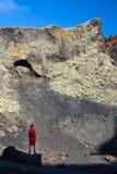 旅客妇女享受惊人的山风景,兰萨罗特岛,能 免版税图库摄影