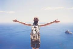 旅客少妇的后部看海、旅行和活跃生活方式概念的 图库摄影