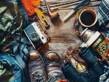 旅客工作场所 远足accessoires顶视图 冒险发现生活方式假日活动概念 库存图片