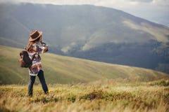 旅客帽子的行家女孩有背包的探索有薄雾晴朗的 库存图片