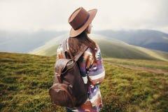 旅客帽子的行家女孩有背包的探索有薄雾晴朗的 免版税库存照片