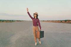 旅客摇她的手 免版税图库摄影