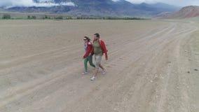 旅客沿沙漠谷走 影视素材