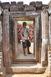 旅客泰国人在考古学站点旅行参观和射击照片 免版税库存图片