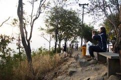 旅客泰国妇女参观和采取在loei城市的照片风景在观点在phu tok山顶部 库存照片