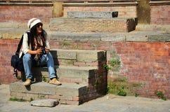 旅客泰国妇女在Basantapur Durbar广场在加德满都尼泊尔 图库摄影