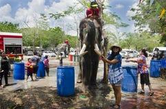 旅客泰国妇女摆在和旅行加入与Songkran节日在一传统泼水节庆祝在阿尤特拉利夫雷斯 库存照片