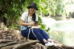 旅客泰国妇女旅行和摆在切特圣地Noi小瀑布的作为照片的在Muak列克在Saraburi,泰国 图库摄影