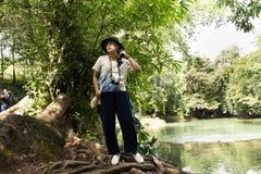 旅客泰国妇女旅行和摆在切特圣地Noi小瀑布的作为照片的在Muak列克在Saraburi,泰国 库存照片