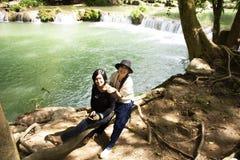 旅客泰国妇女旅行和摆在切特圣地Noi小瀑布的作为照片的在Muak列克在Saraburi,泰国 免版税库存图片