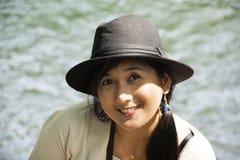 旅客泰国妇女旅行和摆在切特圣地Noi小瀑布的作为照片的在Muak列克在Saraburi,泰国 库存图片