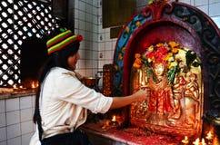 旅客泰国妇女祷告在尼泊尔的神房子里 免版税库存图片