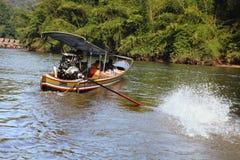 旅客的出租汽车小船Khwae河的 免版税库存照片