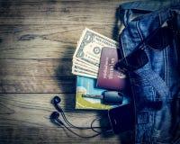 旅客的必要的对象牛仔布提包的 图库摄影