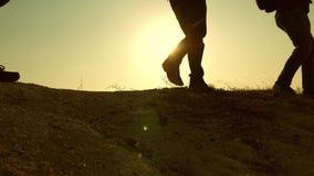 旅客的脚攀登在黄色太阳的光芒的小山 r 游客旅行与 股票视频