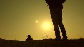 旅客的腿去在它上面在美丽的太阳的光芒的山 r 三个旅客 股票视频