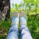 旅客的腿在森林风景背景关闭与湖的 免版税库存照片