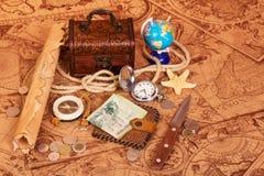 旅客的辅助部件古色古香的地图背景的  库存照片