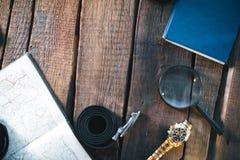 旅客的静物画 时钟,照相机,地图 免版税库存图片