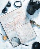 旅客的静物画 时钟,照相机,地图 免版税图库摄影