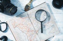 旅客的静物画 时钟,照相机,地图 图库摄影