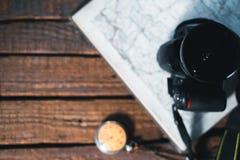 旅客的静物画 时钟,照相机,地图 库存图片