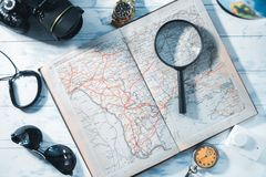 旅客的静物画 时钟,照相机,地图 免版税库存照片