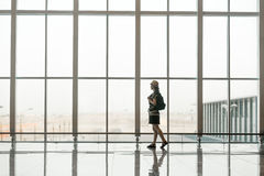 年轻旅客等待的搭乘 免版税图库摄影