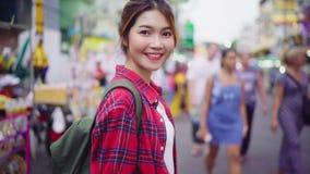 旅客背包徒步旅行者亚洲妇女旅行在Khao圣路在曼谷,泰国 股票录像