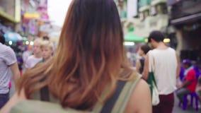 旅客背包徒步旅行者亚洲妇女旅行在Khao圣路在曼谷,泰国 影视素材