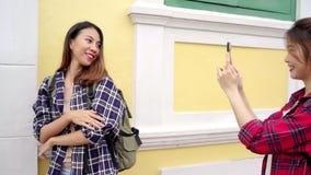 旅客背包徒步旅行者亚裔妇女女同性恋的lgbt夫妇在曼谷,泰国移动 旅游博客作者年轻女性夫妇 股票录像