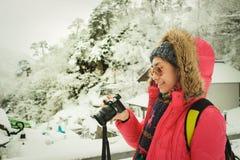 旅客观看照片拍与数字照相机在冬天旅行期间在yamadera hakata 免版税图库摄影