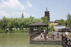 旅客走的十字架除Haogu以外的木桥耸立(嘉兴,中国) 免版税库存照片