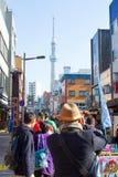 旅客采取照片东京天空树 库存照片