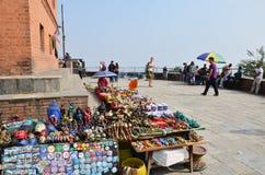 旅客购物在Swayambhunath寺庙或猴子寺庙的纪念品店 免版税库存图片
