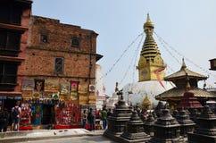 旅客购物在Swayambhunath寺庙或猴子寺庙的纪念品店 库存图片