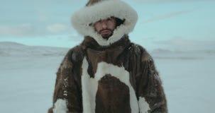 年轻旅客画象北极远征的2016年 男孩抬他的头并且调查照相机 射击在红色史诗 影视素材