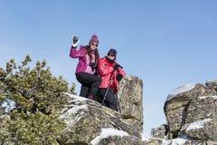 旅游上升在冬天山的母亲和女儿 免版税库存照片
