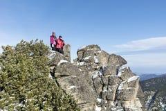 旅游上升在冬天山的母亲和女儿 免版税库存图片