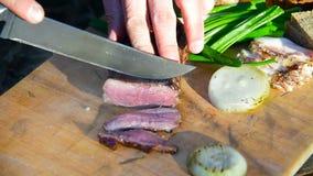 旅游与一把刀子的裁减新鲜的牛排在一次野营 股票视频