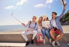旅游业、旅行、人们、休闲和技术概念 库存图片