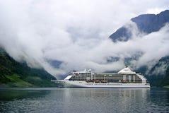 旅游业假期和旅行 山和海湾Nærøyfjord在Gudvangen,挪威,斯堪的那维亚 在海湾视图的摄政的游轮 图库摄影