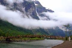 旅游业假期和旅行 山和海湾Nærøyfjord在Gudvangen,挪威,斯堪的那维亚 免版税库存照片
