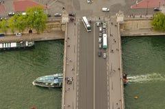 旅游业在法国,巴黎市乘汽车、公共汽车和小船在塞纳河 库存图片