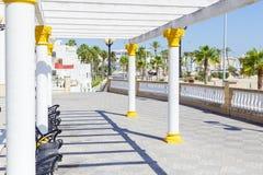 旅游业在西班牙 在花名册,卡迪士,西班牙的海散步 库存图片