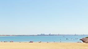 旅游业在西班牙 海滩的人们在花名册,卡迪士,西班牙 免版税库存图片