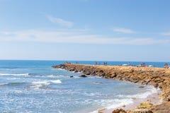 旅游业在西班牙 海滩看法在花名册,卡迪士,西班牙的 免版税库存照片